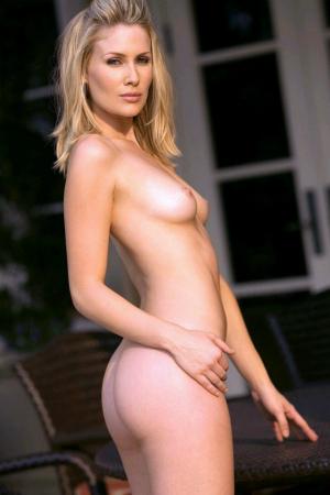 Блондинка стоит боком